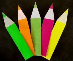 Cinq crayons de couleur en origami. Source : http://data.abuledu.org/URI/52f26c84-cinq-crayons-de-couleur-en-origami