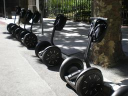 Cinq gyropodes stationnés. Source : http://data.abuledu.org/URI/58581826-cinq-gyropodes-stationnes