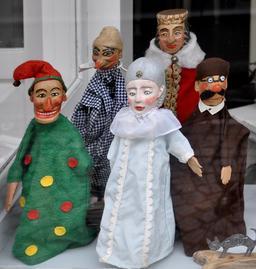 Cinq marionnettes du théâtre de Kasperle. Source : http://data.abuledu.org/URI/52e2ec6a-cinq-marionnettes-du-theatre-de-kasperle