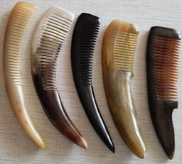 Cinq peignes en corne de vache. Source : http://data.abuledu.org/URI/53a84647-cinq-peignes-en-corne-de-vache