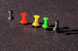 Cinq punaises de couleur. Source : http://data.abuledu.org/URI/53ab63b0-cinq-punaises-de-couleur