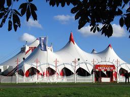Cirque sous chapiteau. Source : http://data.abuledu.org/URI/5022f4d4-cirque-sous-chapiteau