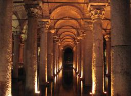 Citerne d'eau de la basilique de Constantinople. Source : http://data.abuledu.org/URI/52fdd909-citerne-d-eau-de-la-basilique-de-constantinople