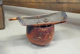 Cithare africaine en bouclier. Source : http://data.abuledu.org/URI/532383dd-cithare-africaine-en-bouclier