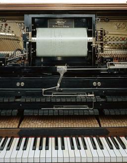Clavier de piano mécanique à rouleau de 1927. Source : http://data.abuledu.org/URI/53b552af-clavier-de-piano-mecanique-a-rouleau-de-1927