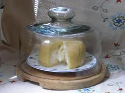 Cloche à fromages. Source : http://data.abuledu.org/URI/5149c576-cloche-a-fromages