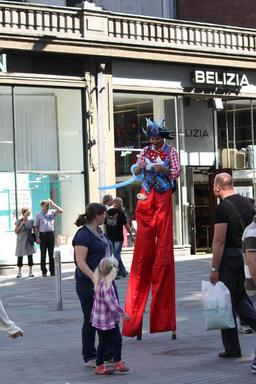 Clown sur échasses dans la rue. Source : http://data.abuledu.org/URI/5315019c-clown-sur-echasses-dans-la-rue