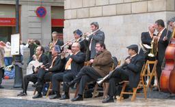 Cobla catalane à Barcelone. Source : http://data.abuledu.org/URI/533af13c-cobla-catalane-a-barcelone