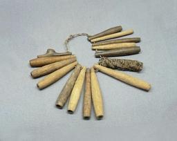 Collier de sifflets-amulettes. Source : http://data.abuledu.org/URI/52d851c4-collier-de-sifflets-amulettes