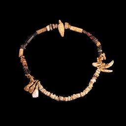 Collier préhistorique de coquillages. Source : http://data.abuledu.org/URI/5461438d-collier-prehistorique-de-coquillages