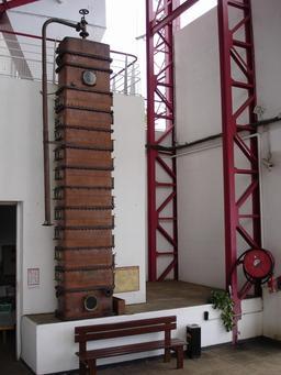 Colonne à distiller le sucre à La Réunion. Source : http://data.abuledu.org/URI/521a4e6f-colonne-a-distiller-le-sucre-a-la-reunion