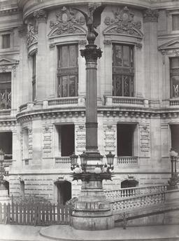 Colonne rostrale à l'Opéra Garnier. Source : http://data.abuledu.org/URI/596406b1-colonne-rostrale-a-l-opera-garnier