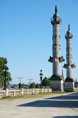 Colonnes rostrales à Bordeaux. Source : http://data.abuledu.org/URI/55476276-colonnes-rostrales-a-bordeaux