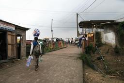Colporteur près de la passerelle d'Alioum Moussa. Source : http://data.abuledu.org/URI/52daf747-colporteur-pres-de-la-passerelle-d-alioum-moussa