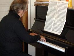 Compositeur au piano. Source : http://data.abuledu.org/URI/58821fcf-compositeur-au-piano
