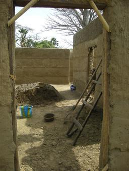 Construction d'une maison en terre à Séléki. Source : http://data.abuledu.org/URI/52d14442-construction-d-une-maison-en-terre-a-seleki