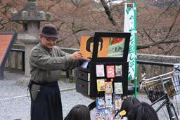 Conteur japonais au kamishibaï. Source : http://data.abuledu.org/URI/53c71d46-conteur-japonais-au-kamishibai