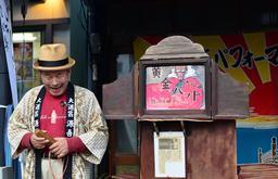 Conteur japonais de Kamishibaï. Source : http://data.abuledu.org/URI/53c81d70-conteur-japonais-de-kamishibai