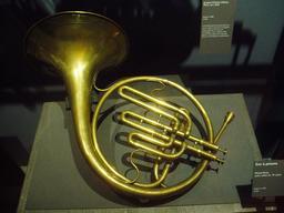 Cor à deux pistons du XIXème siècle. Source : http://data.abuledu.org/URI/5300b9d4-cor-a-deux-pistons-du-xixeme-siecle