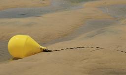 Corps mort de bateau de plaisance à marée basse. Source : http://data.abuledu.org/URI/55bb92ad-corps-mort-de-bateau-de-plaisance-a-maree-basse