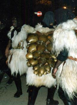 Costume de carnaval sarde. Source : http://data.abuledu.org/URI/52640954-costume-de-carnaval-sarde