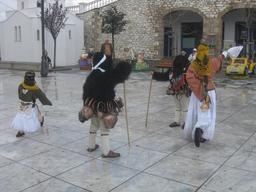 Costumes d'enfants au Carnaval de Skyros. Source : http://data.abuledu.org/URI/52710857-costumes-d-enfants-au-carnaval-de-skyros