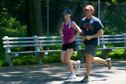 Couple de coureurs. Source : http://data.abuledu.org/URI/501eb565-couple-de-coureurs