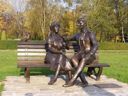 Couple et pigeon sur un banc. Source : http://data.abuledu.org/URI/53160fc9-couple-et-pigeon-sur-un-banc