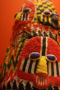 Couronne Yoruba en perles de couleur. Source : http://data.abuledu.org/URI/5486f367-couronne-yoruba-en-perles-de-couleur
