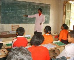 Cours d'anglais au tableau. Source : http://data.abuledu.org/URI/511e9b59-cours-d-anglais-au-tableau
