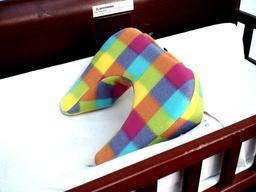Coussin pour changer une couche de bébé. Source : http://data.abuledu.org/URI/5335bfd1-coussin-pour-changer-une-couche-de-bebe