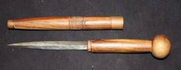 Couteau et son étui en bois du Zimbabwe. Source : http://data.abuledu.org/URI/52d2ca34-couteau-et-son-etui-en-bois-du-zimbabwe