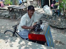 Couturier à vélo en Indonésie. Source : http://data.abuledu.org/URI/51d9821e-couturier-a-velo-en-indonesie