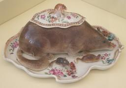 Couvre-plat chinois en forme de loir. Source : http://data.abuledu.org/URI/52ec300c-couvre-plat-chinois-en-forme-de-loir
