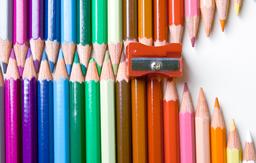 Crayons de couleur et taille-crayons. Source : http://data.abuledu.org/URI/53ae09ac-crayons-de-couleur-et-taille-crayons