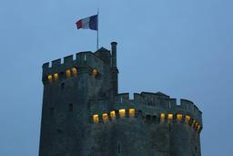 Créneaux de la tour saint-Nicolas le soir à La Rochelle. Source : http://data.abuledu.org/URI/582624f2-creneaux-de-la-tour-saint-nicolas-le-soir-a-la-rochelle