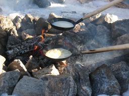 Crèpes sur feu de bois. Source : http://data.abuledu.org/URI/50ff1f19-crepes-sur-feu-de-bois
