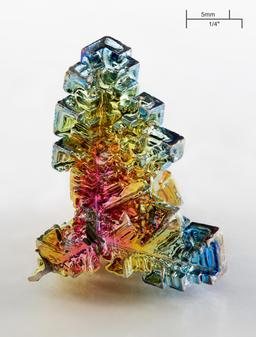 Cristal artificiel de Bismuth. Source : http://data.abuledu.org/URI/50499a39-cristal-artificiel-de-bismuth