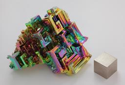 Cristal obtenu par cristallogenèse artificielle de bismuth métallique. Source : http://data.abuledu.org/URI/50796b70-cristal-obtenu-par-cristallogenese-artificielle-de-bismuth-metallique