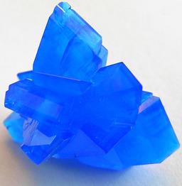Cristaux bleus. Source : http://data.abuledu.org/URI/5020bf74-cristaux-bleus