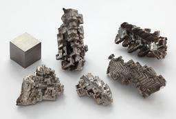 Cristaux obtenus par cristallogénèse artificielle de bismuth métallique. Source : http://data.abuledu.org/URI/50796b00-cristaux-obtenus-par-cristallogenese-artificielle-de-bismuth-metallique