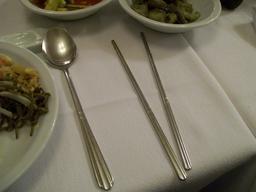 Cuillère et baguettes en inox. Source : http://data.abuledu.org/URI/512136b5-cuillere-et-baguettes-en-inox