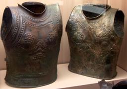 Cuirasses de l'âge du bronze. Source : http://data.abuledu.org/URI/531505dc-cuirasses-de-l-age-du-bronze