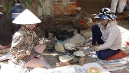 Cuisson de galettes de riz au Viet Nam. Source : http://data.abuledu.org/URI/534c05e8-cuisson-de-galettes-de-riz-au-viet-nam