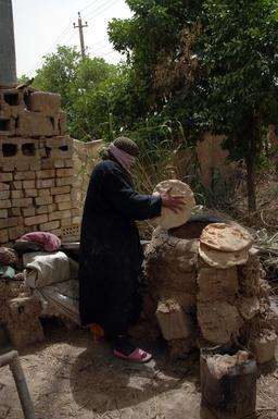 Cuisson de pain plat en Irak. Source : http://data.abuledu.org/URI/5831f715-cuisson-de-pain-plat-en-irak