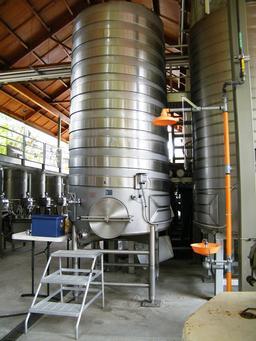 Cuves de vinification en inox en Californie. Source : http://data.abuledu.org/URI/51214272-cuves-de-vinification-en-inox-en-californie