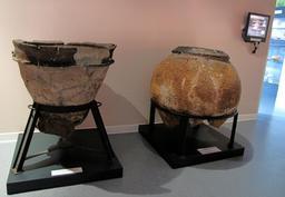 Jarre et cuvier en terre cuite landais de Sanguinet. Source : http://data.abuledu.org/URI/557aba7c-cuvier-et-jarre-en-terre-cuites-provenant-de-sanguinet