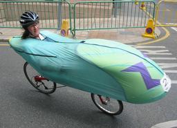 Cycliste de course en vélo couché. Source : http://data.abuledu.org/URI/518a15f6-cycliste-de-course-en-velo-couche