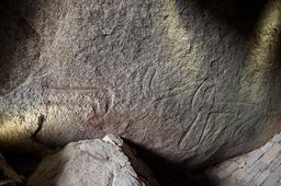 Dalle gravée du plafond du cairn de Locmariaquer. Source : http://data.abuledu.org/URI/53d411a4-dalle-gravee-du-plafond-du-cairn-de-locmariaquer