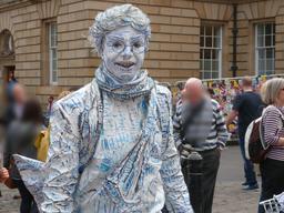 Dans les rues d'Édimbourg pendant le festival. Source : http://data.abuledu.org/URI/55df155e-dans-les-rues-d-edimbourg-pendant-le-festival